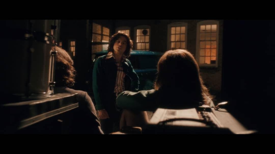 Freddie habla con la banda